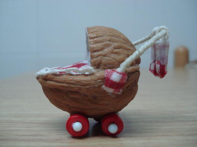 carrito, nutshell pram, Puppenstuben Puppenwagen aus Nussschale, Elfen, fairy; #fairygarden #fairygardenminiatures More