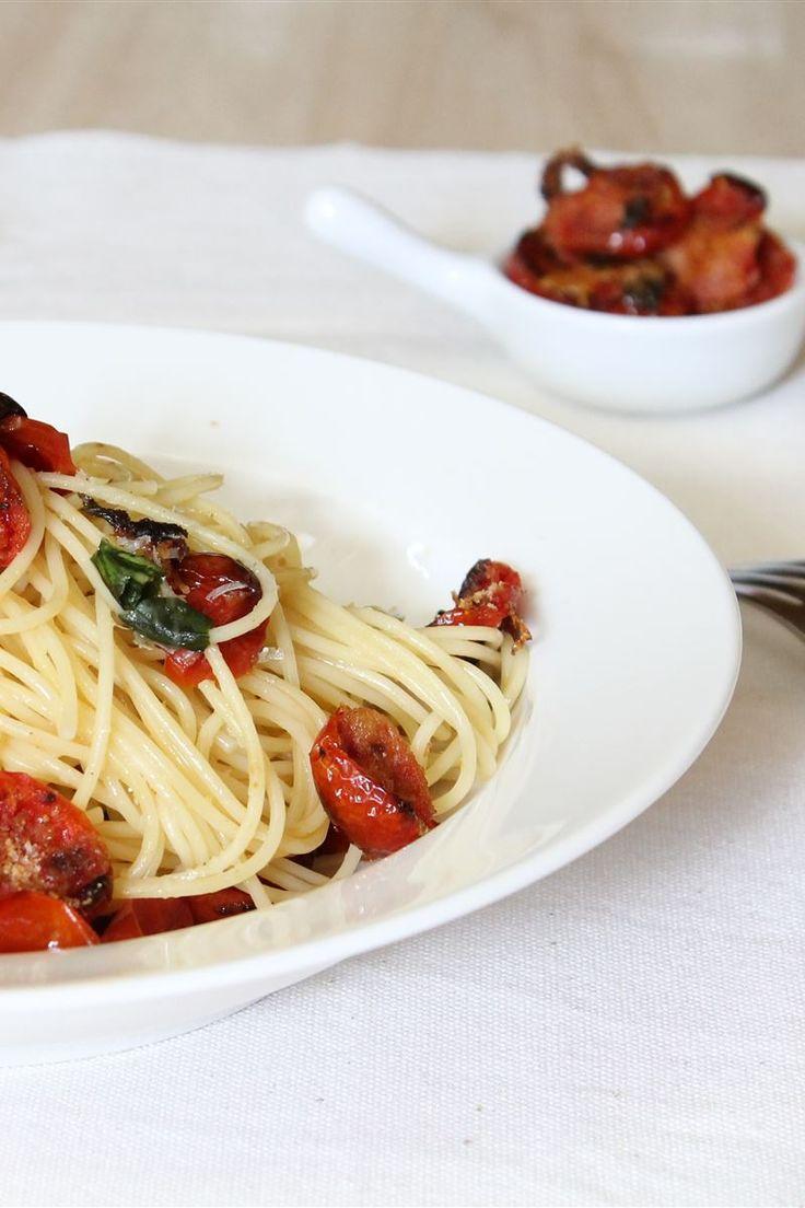 Gli spaghetti con pomodorini gratinati sono un ottimo primo piatto estivo semplice e saporito. Questo piatto è davvero molto facile da realizzare, l'uso dei pomodorini cotti in forno conferisce al piatto una nota di agrodolce e il pangrattato una consistenza croccante.