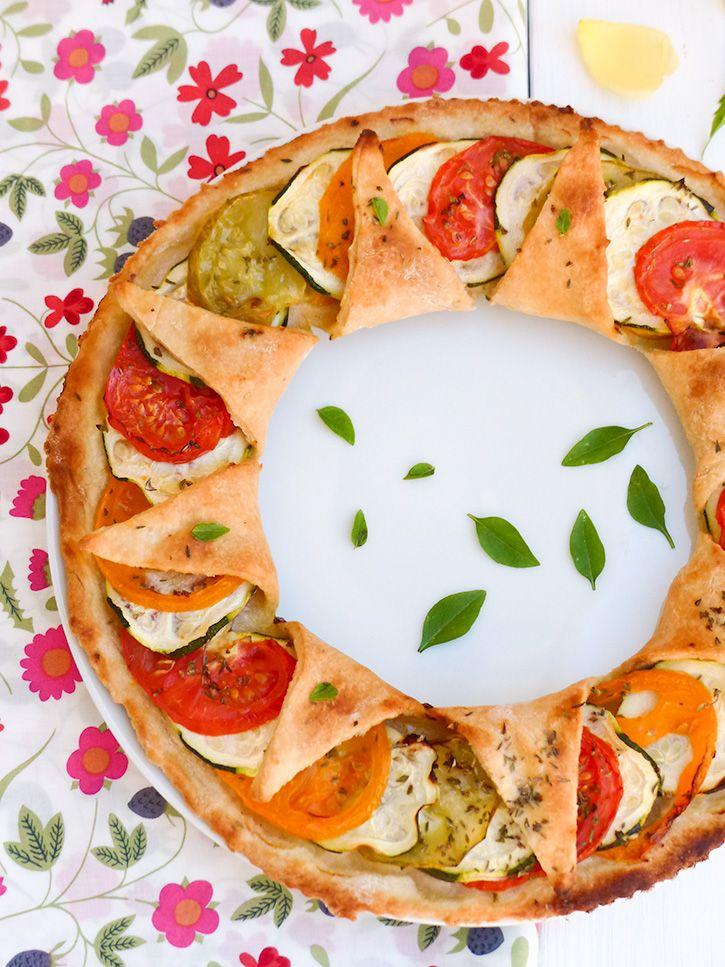 Cette recette de tarte à la tomate, très simple mais riche en saveurs, trouvera sa place au déjeuner, à l'apéritif et même en pique-nique. Succès garanti !