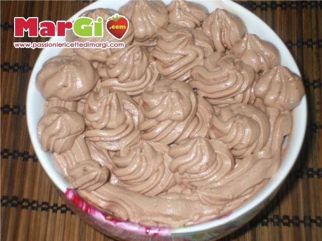 La crema alla nutella e mascarpone senza uova è una crema tanto veloce quanto buona da preparare. Si prepara in soli 3 minuti.