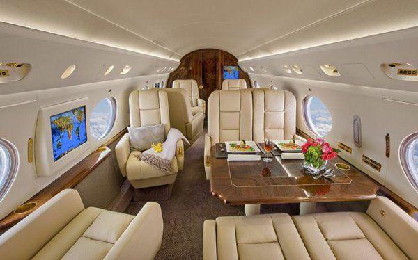 les canapés en cuir beige pour votre avion privé avec un salon confortable