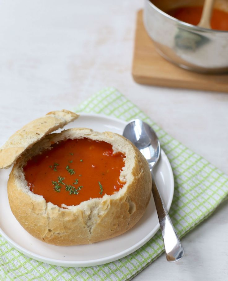 Romige tomatensoep in een broodje   Flairathome.nl
