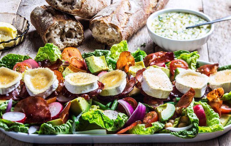 Sprøstek gjerne spekeskinkeskivene i ovn eller i litt olje, det gir mer crunch til salaten og en morsom kontrast og smaksmessig brytning. Server også gjerne med litt litt ristede pinjekjerner over salaten Tips: Du kan også stikke ut skiver av ristet brød og legge chevreskivene på disse før de varmes i ovnen. Da blir det en deilig sprø konsistens mot den rike osen.  Oppskrift av kokk Ole Martin Alfsen. Foto: Stian Broch