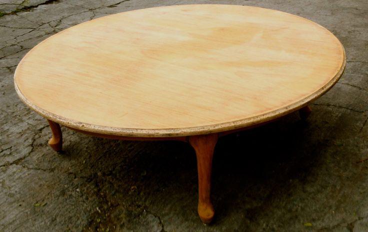 Esta mesa de caoba fue diseñada y construida en los años 40.  Actualmente está en la última etapa de restauración en nuestro taller. Próximamente mostraremos cómo quedó.