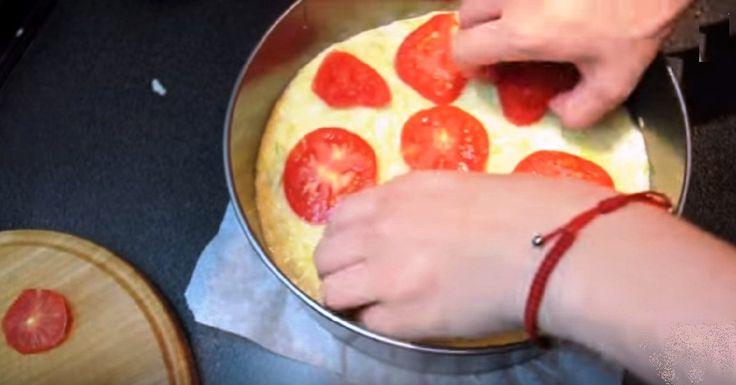 A pizza mindenki kedvence, mi most egy ínycsiklandó zöldséges variációt mutatunk, ami nem hizlal és a vegetáriánusok is szeretik. Természetesen szalámi és más húsos finomság is kerülhet rá. Kínálhatjuk ketchuppal és majonézzel, mint a megszokott pizzát. Hozzávalók: 50 g reszelt sajt 2 zsenge tök 1 paradicsom 3 tojás 3 evőkanál liszt só Elkészítés: A tököt...Olvasd tovább