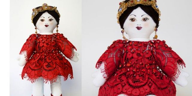 Pizzo rosso e cristalli per la bambola Dolce & Gabbana. Verrà battuta all'asta a Parigi ed i proventi andranno a Unicef per i bambini del Darfur.http://www.sfilate.it/206133/pizzo-rosso-cristalli-la-bambola-dolce-gabbana