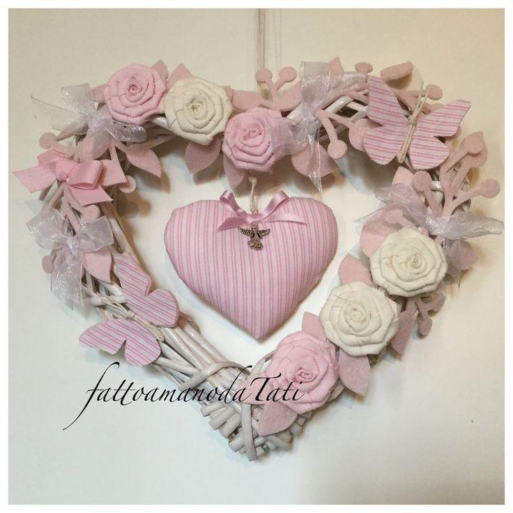 Cuore/fiocco nascita in vimini con roselline ,farfalle e cuore a righe rosa, by fattoamanodaTati su misshobby.com