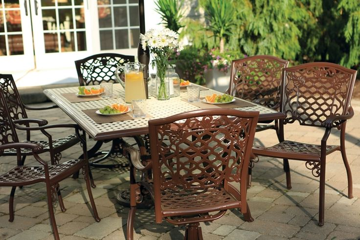 Spray paint an old patio table you 39 ll be enjoying meals for Outdoor furniture varnish
