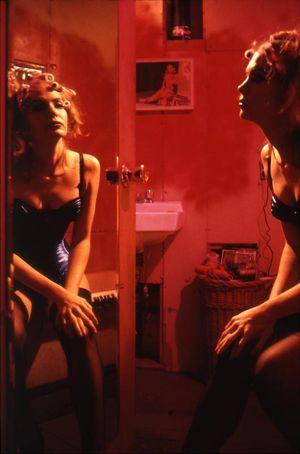 nan goldin 1953 Photographie autobiographique. Nature et enjeux d'un témoignage, intimité, relation de l'artiste aux modèles, pudeur, empathie? Untitled, Nan Goldin, 1983.  Art Experience NYC  www.artexperiencenyc.com/social_login/?utm_source=pinterest_medium=pins_content=pinterest_pins_campaign=pinterest_initial
