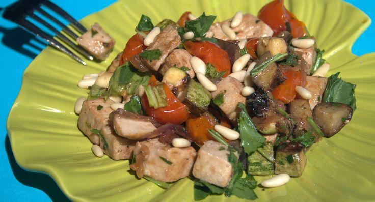 Antipasto di pollo, una ricetta veloce per un'insalata di pollo da servire subito accompagnata da condimenti vari.
