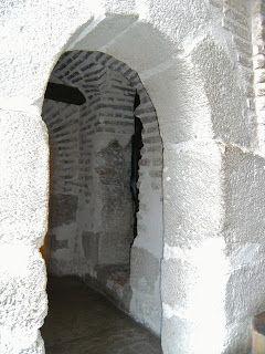 """Buscando Montsalvatge: MANZANARES. más antigua de las fortalezas que hubo en las llanuras de La Mancha se remonta al siglo I, a los tiempos de la primitiva Oretania; es la fortaleza de Moratalaz, que en la Edad Antigua significaba """"lugarcillo murado"""" y fue escenario de cruentas luchas en las sucesivas civilizaciones.  Aún pueden observarse vestigios de su existencia cuando se viaja en ferrocarril de Manzanares a Daimiel; a unos 5 kilómetros en dirección a Daimiel, a 200 metros del río…"""