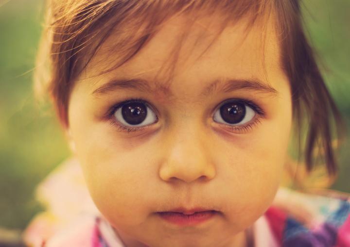 Το παιδί σε κοιτάει. Σε ζητάει.