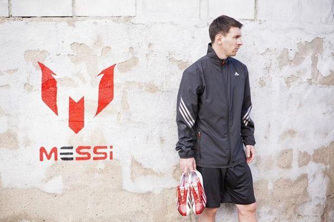 ¿Sabes cuánto pesan las nuevas botas de Messi?. [22.02.13]