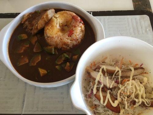 アボ鳥カレー(パエリア風炊き込みご飯)、鳥サラダ