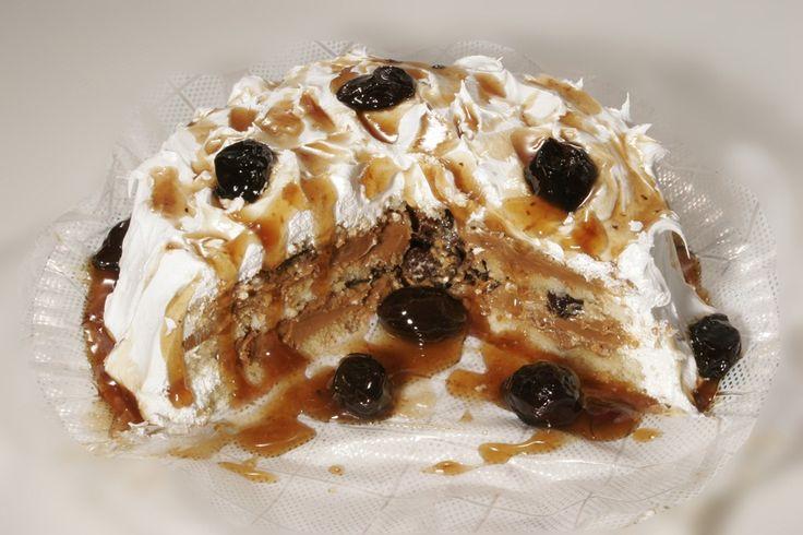 Bolo com recheio de doce de leite e ameixa Essa massa de pão de ló rende bem e o líquido utilizado é a água. A decoração do bolo foi feita com glacê. O rec