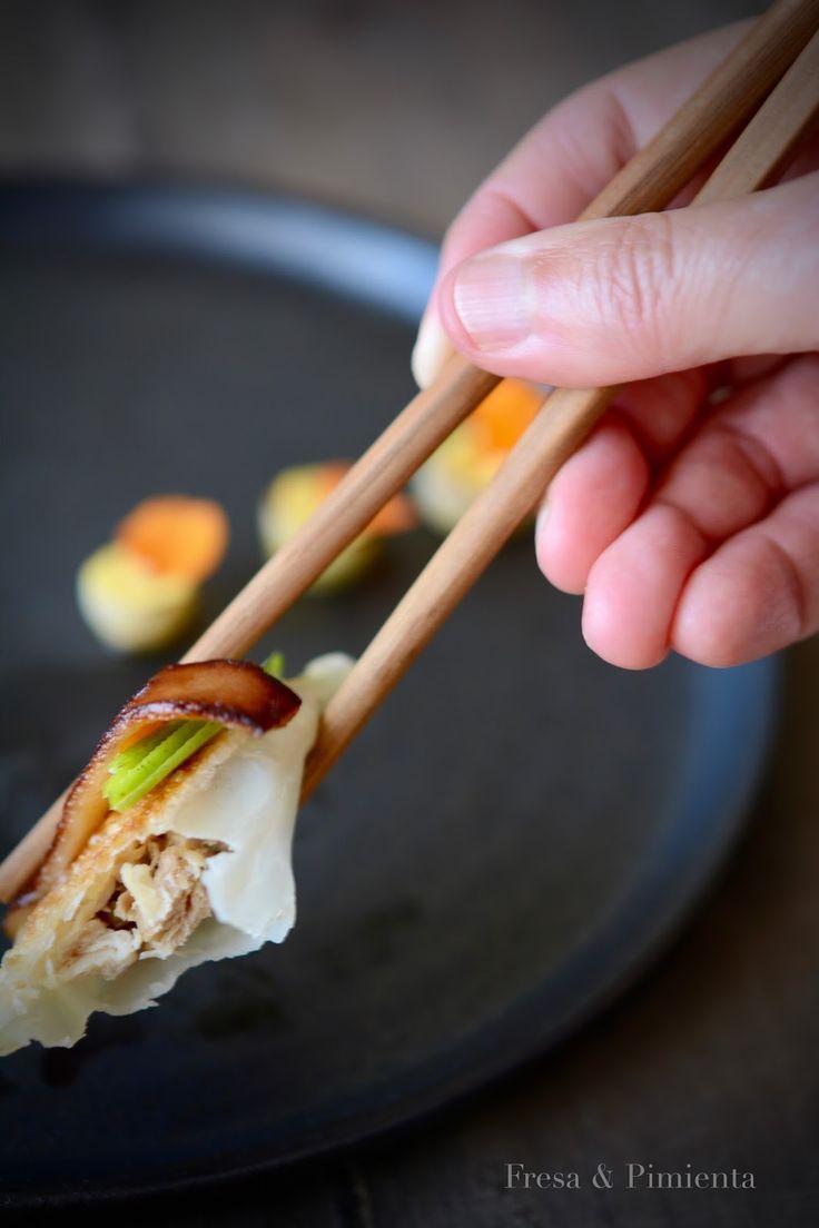 Gyoza de cochinillo confitado con su piel crujiente y manzana Granny Smith; mini cebollitas asadas con helado salado de curry y coco