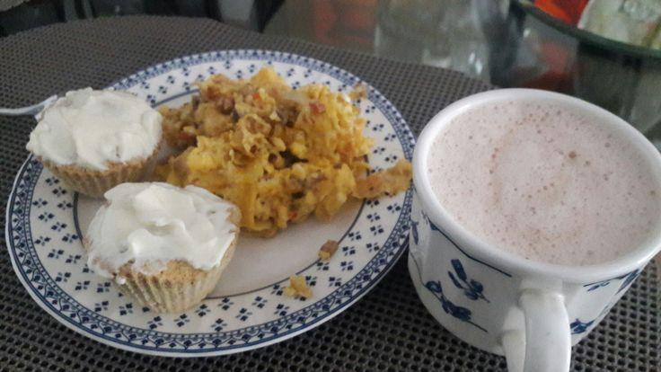 Desayuno 20 de Julio. Huevos con cebolla. Champiñones y pimenton (para variar de tomate y cebolla). Mentiras se me habia acabado el tomate. Me toco arriesgarme. Pan dukan en molde de magdalena (con sabor a banano salado) queso crema y cacao 0% grasa.