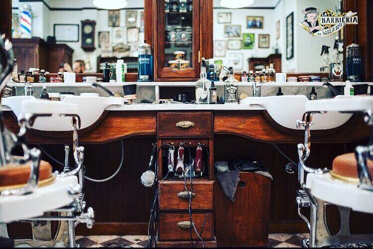 L'obiettivo è quello di far sentire ogni uomo a proprio agio e nel giusto luogo a lui dedicato..... Il rapporto amichevole che instauri con il tuo barbiere fa la differenza perché sai che puoi parlare di tutto con lui un po' come quando tuo papà ti portava dal barbiere da bambino e tu avevi come l'impressione di essere a casa di un amico di tuo padre ..... Il Barbiere ..... è il tuo Barbiere !  #Hiro #LaBarbieriadiMilano #BlindPig #LittleItaly #Lasacrafamiglia  #Barberfamily #Barberizzati…