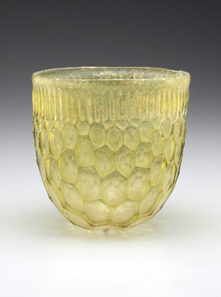 Il bicchiere a nido d'ape romano, il Mediterraneo orientale o l'impero occidentale, il IV sec. DC, il vetro fuso e libero.
