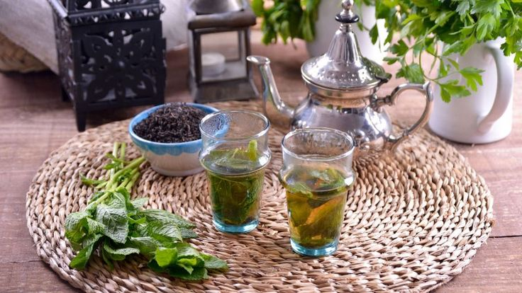 Thé à la menthe marocain avec du thé vert ou noir.  En el capítulo 6 del programa de televisiónCocina marroquí, la cocinera Najat Kaanache prepara un tradicional Té moruno de menta (Atay Dial Nana). El...