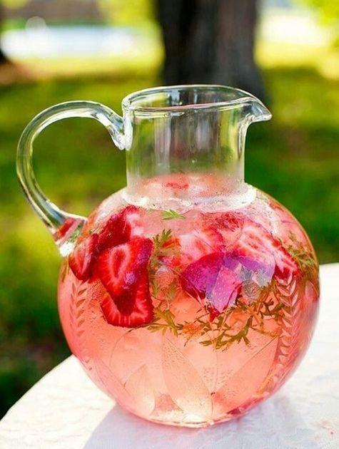 Aardbeien-watermeloen limonade Aardbeien, watermeloen en munt. Dat maakt deze limonade zo heerlijk fris en fruitig!