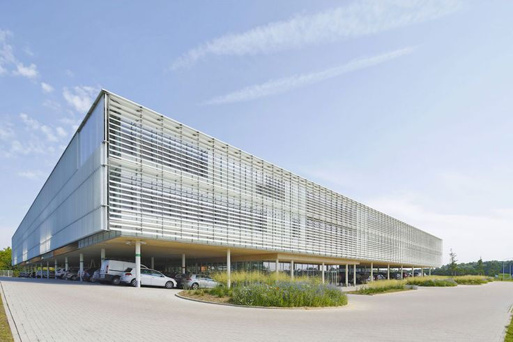 Peripheral glass facades are equipped with glass sun shades which automatically turn towards the sun. The light filtration provided by these slides is possible because their surfaces have been treated and printed with alternate bands of white, allowing the passage of diffused natural light.