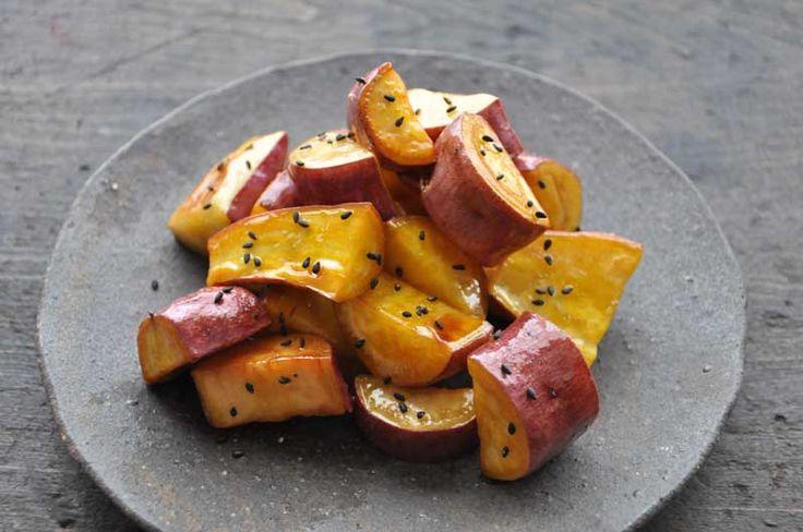 いちばん丁寧な和食レシピサイト、白ごはん.comの「大学芋の作り方」を紹介するレシピページです。さつま芋の皮はむかずに、子供も食べやすいように少し小ぶりに切って作ります。大学芋の蜜は、はちみつを使った作りやすいレシピにしています!