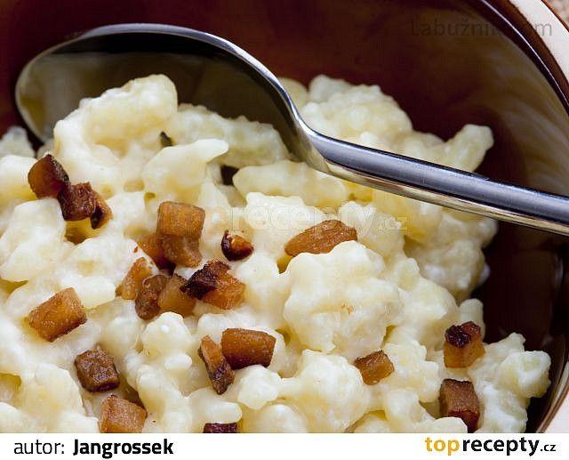 Recept na halušky:   Brambory, ať už uvařené nebo ne nastrouháme je na jemno a přimícháme mouku, dvě vejce a špetku soli. Vše společně uhněteme...