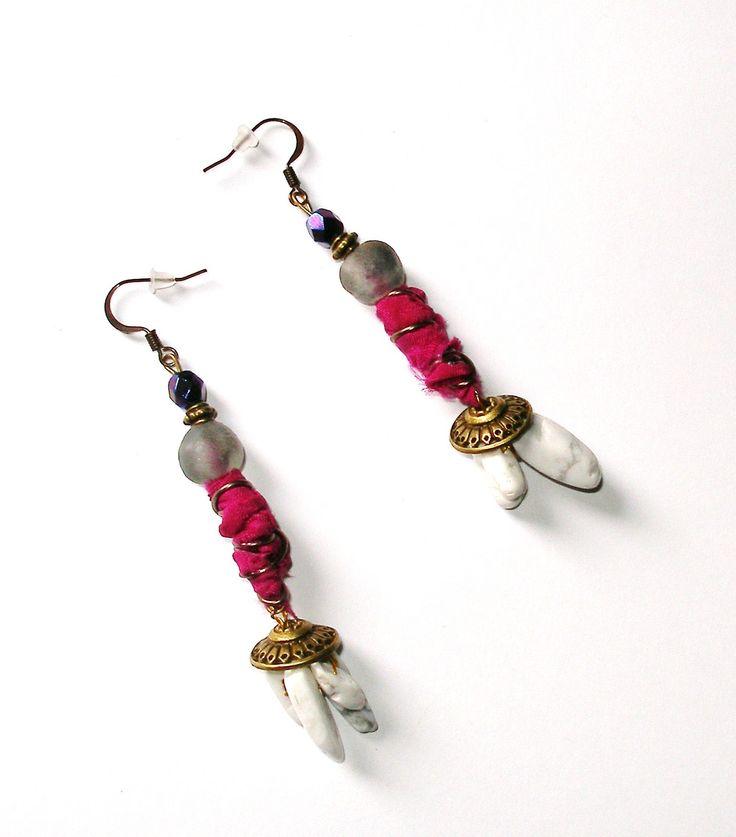 Boucles d'oreilles bohèmes pourpres, bronze gris, perles tchèques, sari indien, krobo verre recyclé, bijou OOAK : Boucles d'oreille par montroulez-girl