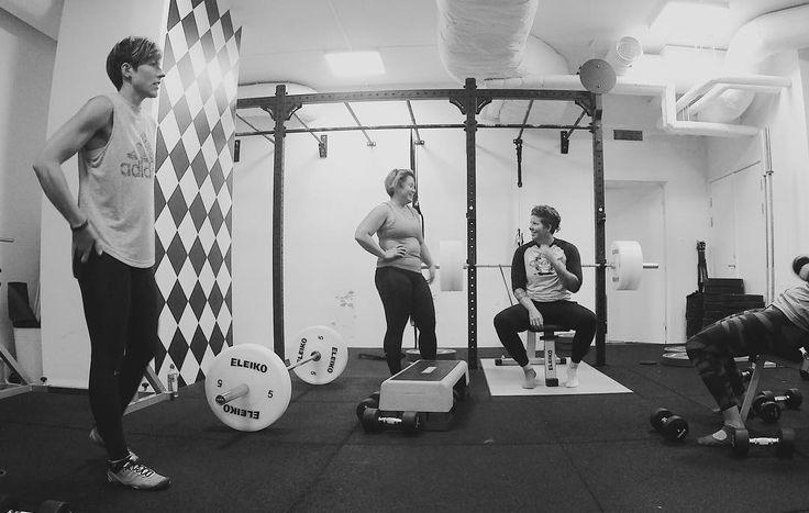 På kurs med Kurt! // bänk och chins i regi av @styrkebyran och trivsamt sällskap av @lisajoswe och snart kanske den där pullupen inte bara är en bra dag utan mer standard. Evig getjävel. #styrkebyrån . . . #bodybuilding #chins #pullups #benchpress #bänk #styrkelyft #tyngre #cfswe #strongerthanever #northernspirit #nonbinary #strongwoman #lofsangruppensstudio #gainz #curls #rehab