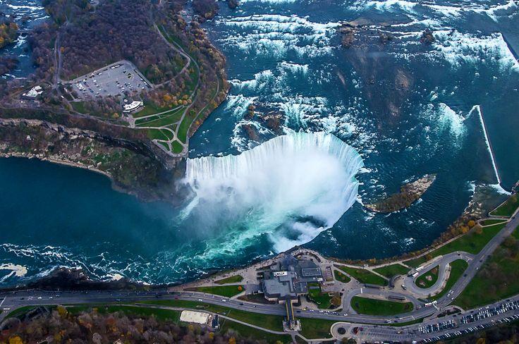 Daca zbori cu un elicopter deasupra Cascadei #Niagara poti vedea atat pamantul american, cat si cel canadian.