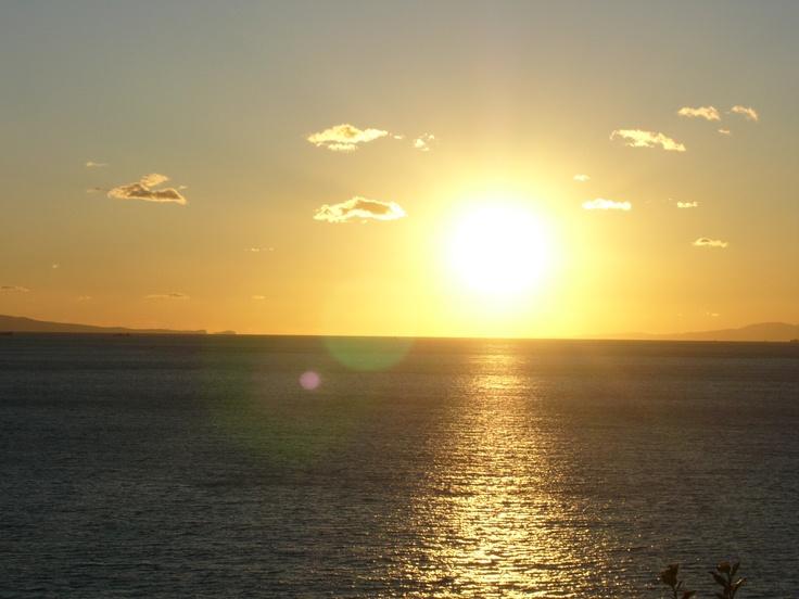 波に太陽の光が鏡のように反射するように見えることから「鏡ケ浦」と名付けられました。