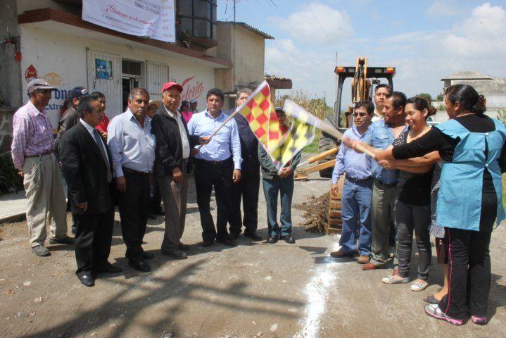 Inician trabajos de drenaje sanitario en Xochieteotla y Muñoztla       Obras prioritarias de drenaje sanitario son las que este lunes iniciaron en las comunidades de Xochiteotla y Muñoztla, ambas pertenecientes al Municipio de Chiautempan, las cuales serán de gran beneficio para los habitantes de las dos poblaciones.