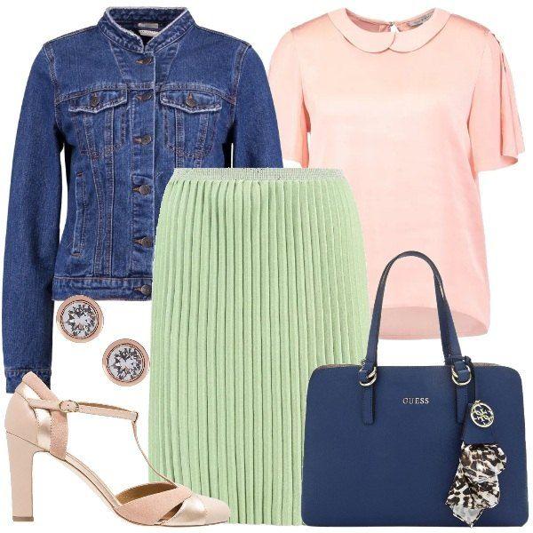 Camicetta rosa con colletto Peter Pan abbinata a gonna plissé verde e giubbotto di jeans con collo coreana color blu medio. Completano il look le décolleté t-bar con tacco medio color nude, la borsa a mano in ecopelle blu e gli orecchini con strass.