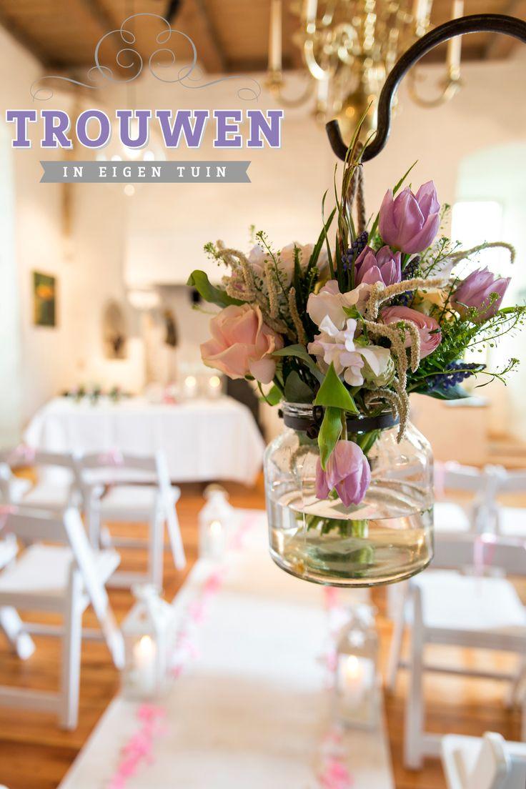 Huwelijksceremonie op de 1e verdieping van 't Huys Dever. Witte loper met roze rozenblaadjes, witte lantaarn, bloeddecoratie en witte wedding chairs. Graag werken wij samen met Bloemenservice Nederland voor prachtig bijpassend bloemwerk. Verras in een klassieke locatie met een frisse maar romantische inrichting. Geniet van de heerlijke geur van verse voorjaarsbloemen van BSN. www.trouwenineigentuin.nl