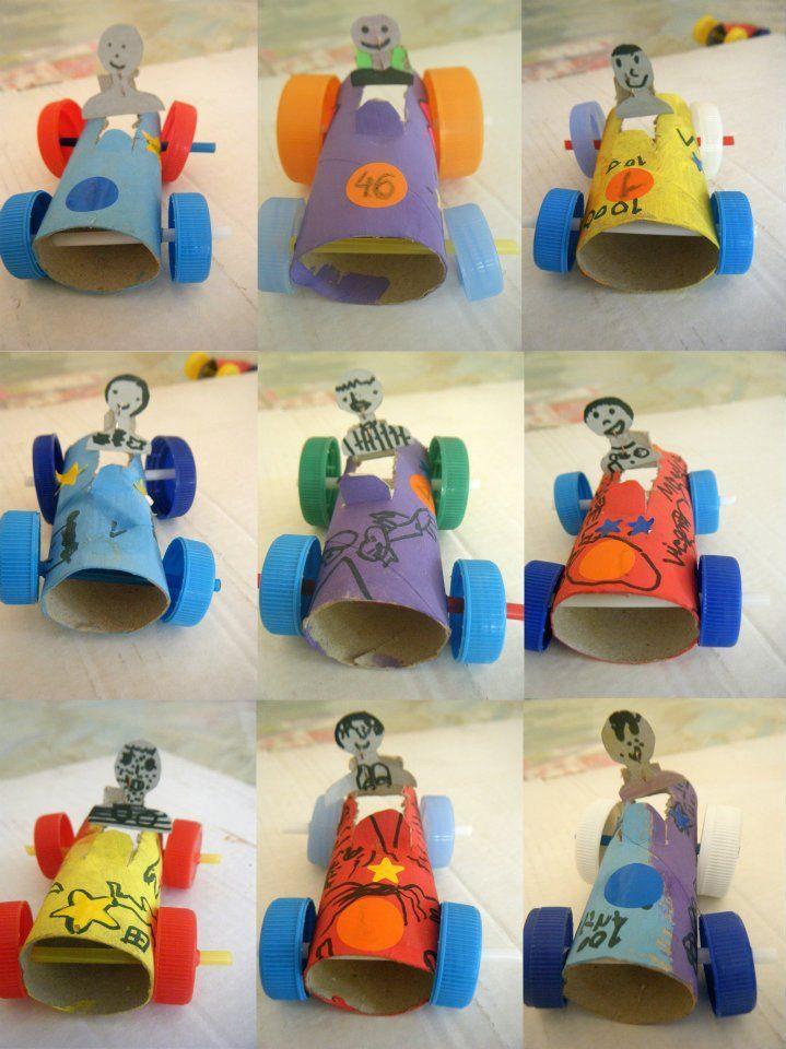 Coches de carreras con rollos de cartón