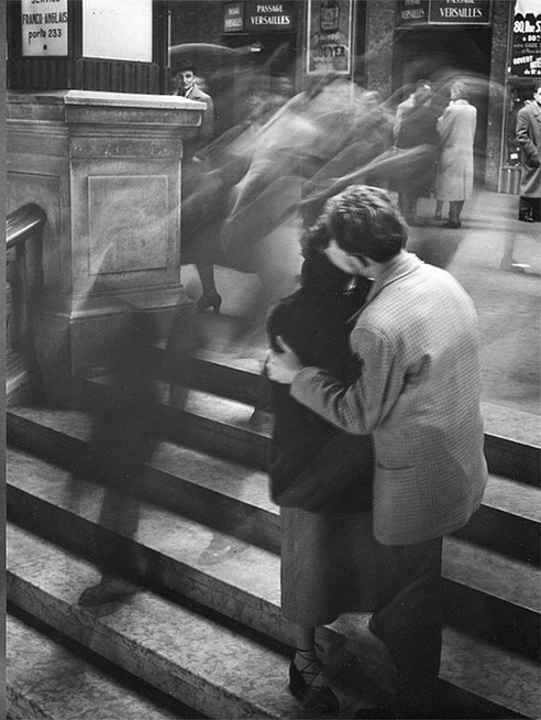 'Baiser Passage Versailles', 1950. Photo: Robert Doisneau.