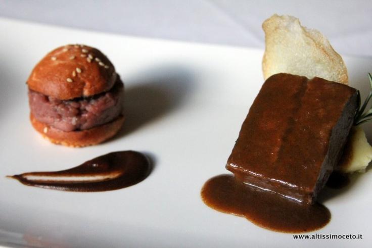 crudo con marmellata di cipolla ai lamponi, pane alle rape rosse e salsa barbecue; brasato al Lagrein con purè di patate