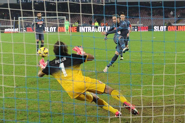 """Napoli-Genoa 2-1, gli azzurri da soli al terzo posto dopo una doppietta del """"Pipita"""" Higuain: la Roma a -6"""