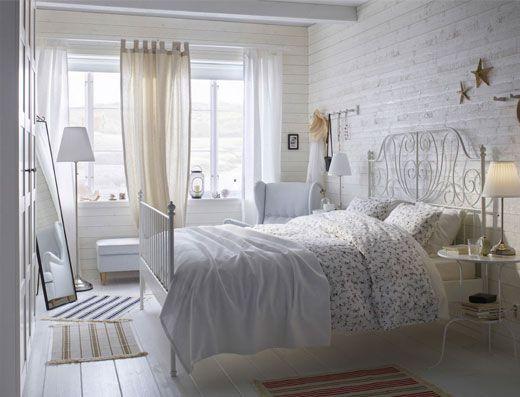 Ein Weißes Kleines Schlafzimmer Mit LEIRVIK Bettgestell In Weiß Und  Beistelltischen Als Ablagetischen