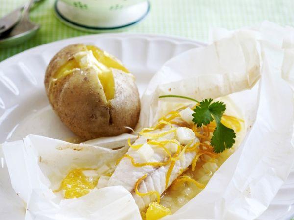 Recept voor: Vispapillot met sinaasappel | 1. Boen de citroen en 1 sinaasappel schoon. Snij fijne reepjes van de schil met een zestemesje. Blancheer ze 1 minuut in kokend water. Pers de sinaasappel en de citroen. 2. Schil de tweede sinaasappel à vif, met  … »