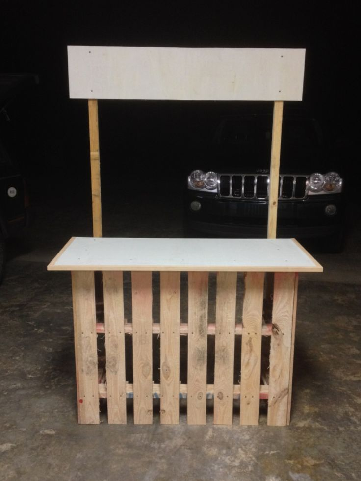 Lemonade stand from 2 pallets and some scrap wood