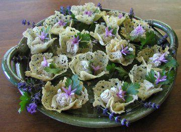 Ecco per voi la ricetta per preparare dei fantastici cestini di parmigiano al microonde, un antipasto che potete farcire a piacere con mousse e insalatine.