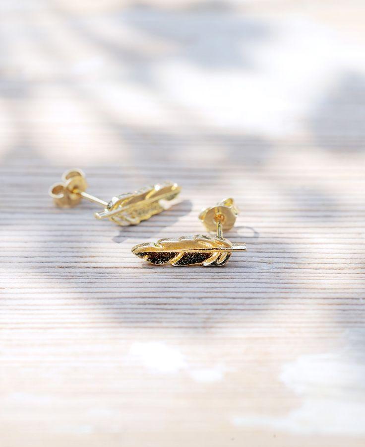 Bij deze symbolische oorknopjes met lotus of veer kun je kiezen uit goud verguld of verzilverd. Ze komen uit de 'Elements' serie van All the luck in the world.  De lotus die zuiverheid symboliseert is mat uitgevoerd. Het veertje dat symbool staat voor bescherming, spiritualiteit en snelheid heeft een glansje.