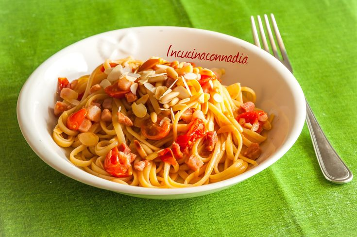 #linguine con #pomodorini #pancetta #mandorle e #pinoli