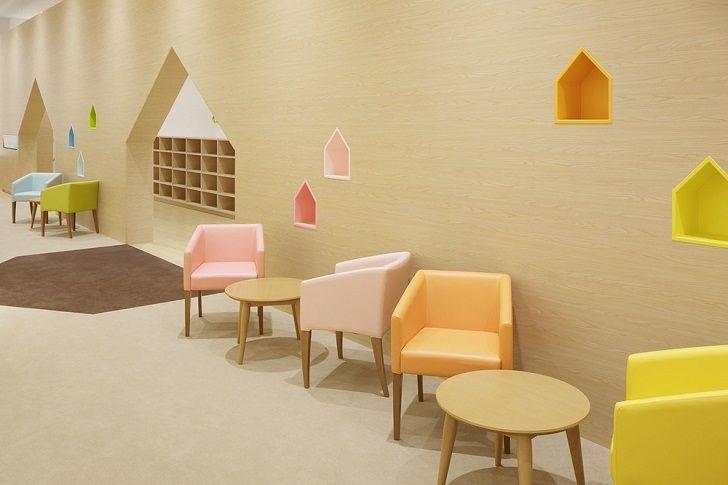 Un espacio de juegos indoor con casitas de colores