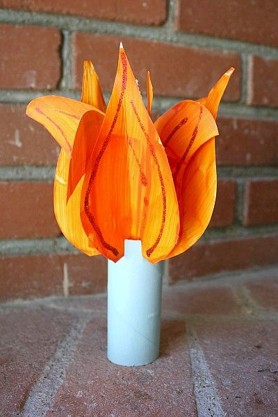 Use a toilet paper roll to make Lady Liberty's flame! Great DIY for kids.