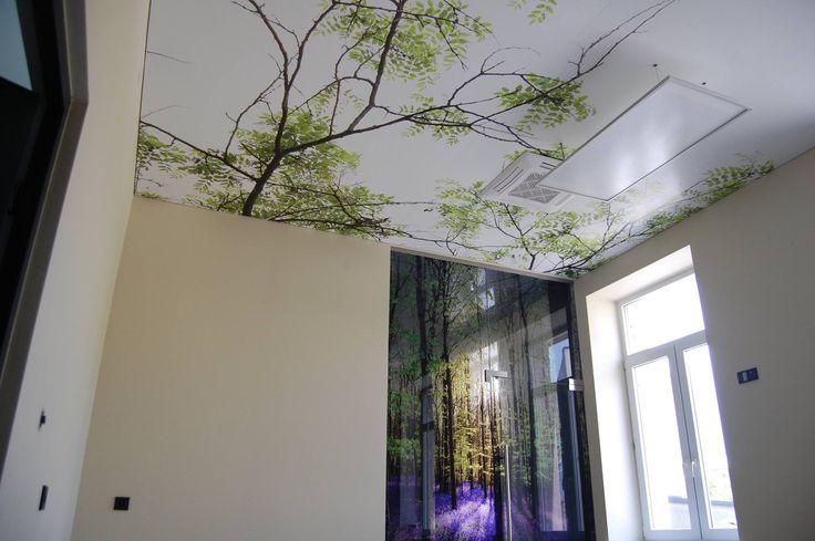 Wiosenna aranżacja wnętrza. Czy sufit zawsze musi być taki nudny i biały? Jak widać nie :) Na naszych foliach możecie sobie zażyczyć taki nadruk, jaki tylko Wam się zamarzy.