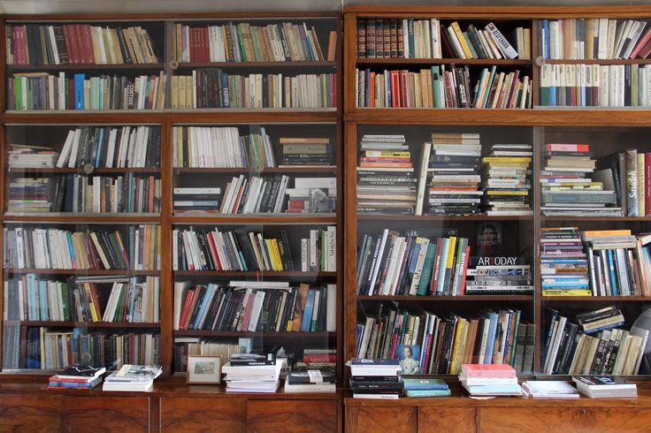 Pani Anna Zadorożna przedstawia swoją biblioteczkę. #biblioteka #library #books #książki #czytam #słowo #obraz #terytoria #konkurs
