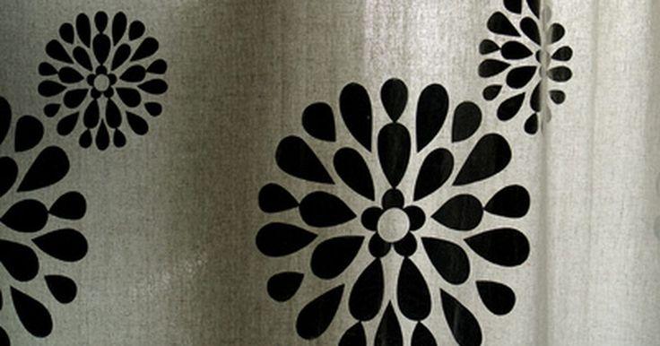 Cómo eliminar el moho negro de una cortina de ducha plástica. El moho en una cortina plástica de ducha puede manchar de manera permanente la cortina, así como crear un muy mal olor que se detecta en toda la zona. Respirar el moho que se ha adherido a una cortina podría causar serios problemas de salud como problemas respiratorios, de ojos, garganta, irritación de la nariz y fatiga crónica. Un líquido de uso ...